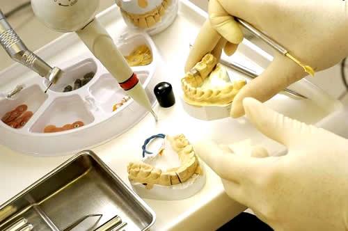 歯科技工士になるには 年収・収...